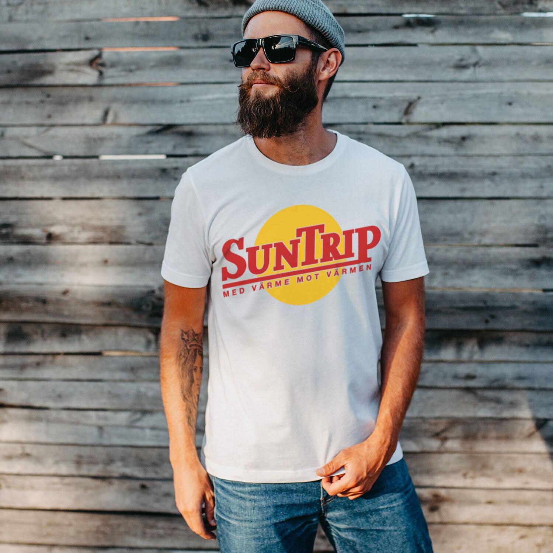 https://www.shirtstore.se/pub_docs/files/Startsida2020/Suntrip_kvadrat-2021.jpg